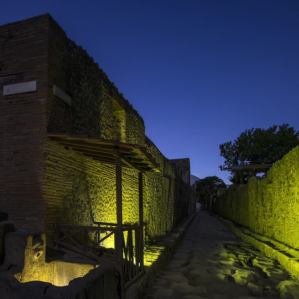 Pompeii by night, the evocative nocturnal paths under the moon return in the Vesuvian archaeological sites